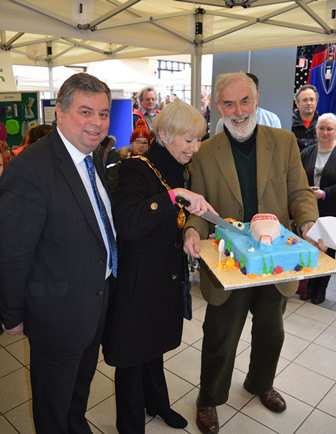 Plastics pledge cake cutting web
